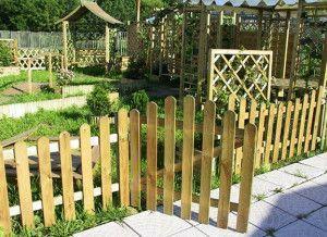 Декоративна ограда за градината - задължителна или луксозна?