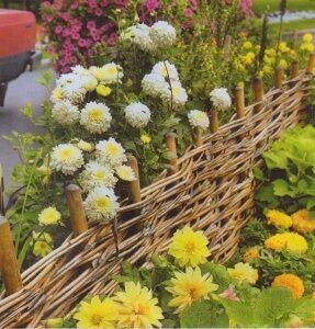 Декоративна ограда с цветя