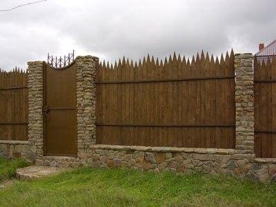 Ограда палисада в комбинация с камък