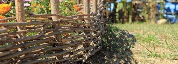Ние изграждаме ограда от импровизирани материали със собствените си ръце
