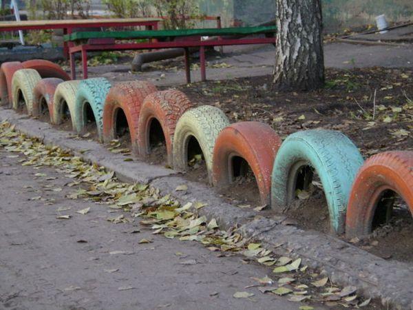 Ограда от боядисани гумени гуми