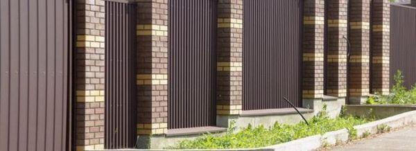 Ограда с тухлени стълбове