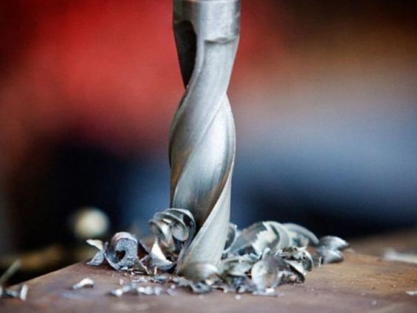Снимка: Пробиване на дупки в метал